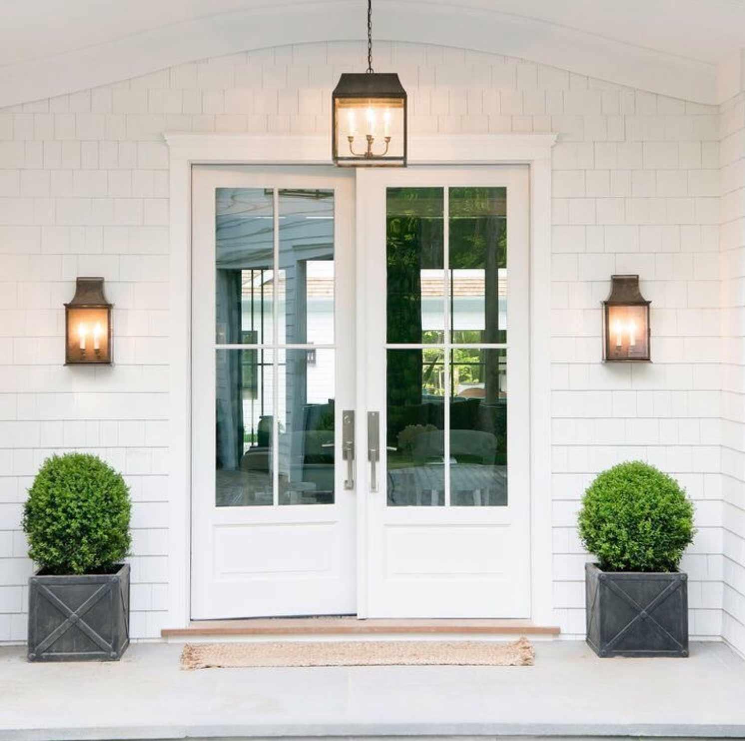 چراغ دیواری و آویز در ورودی منزل